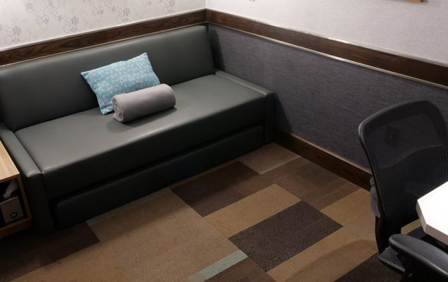 Daybed and desk with chair in minute suites room